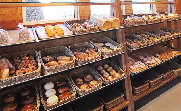 パンが並ぶ店内